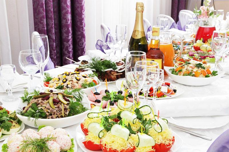 Даже простой классический стол можно украсить, если постелить хорошую скатерть и положить салфетки на тарелки