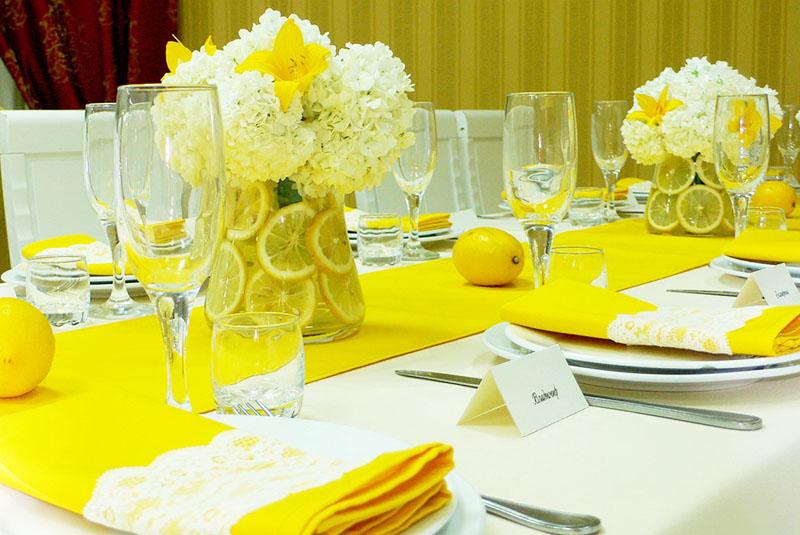 Для человека, который любит жёлтый цвет, идеально подойдёт оформление стола с использованием жёлтых салфеток, кружек и тарелок