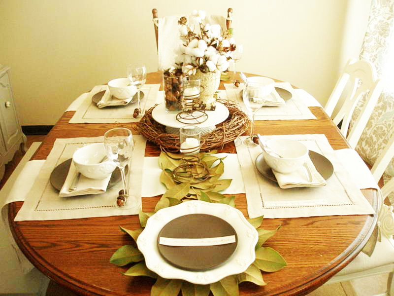 Стильный и современный вариант декора за небольшие деньги: простая посуда, плетёные салфетки для стола и ваза с веточкой хлопка