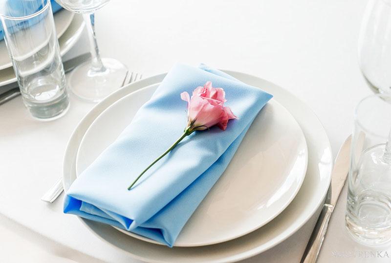 Изысканное оформление – цветок на сложенной втрое салфетке