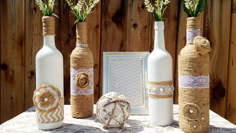 Тем, кто любит натуральный экостиль, понравятся бутылки, задекорированные с помощью джутовой верёвки