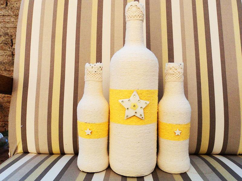 Используйте белую верёвку для обмотки, а потом покрасьте одну часть бутылки в любой цвет