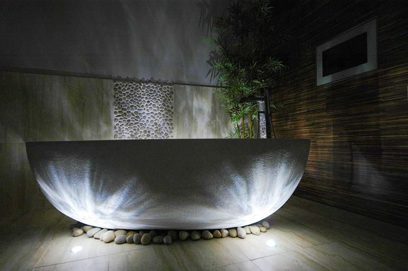 Вариант с нижней подсветкой не является обязательным – это способ декоративного оформления ванной комнаты