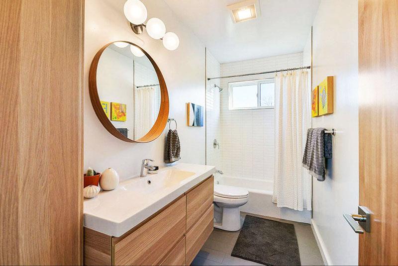 Для маленькой ванной комнаты чаще всего достаточно только потолочной лампы, но если вы часто краситесь у зеркала, позаботьтесь о наличии дополнительных источников света