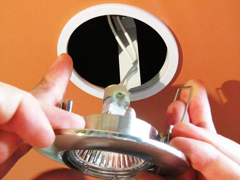 Заменить галогеновые лампы достаточно просто, если действовать по инструкции и следовать основным правилам безопасности