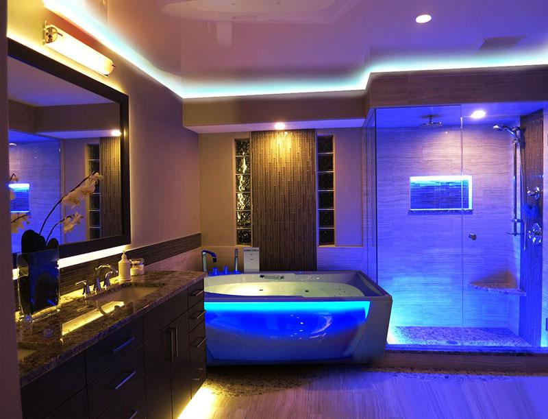 Разместите светодиодную ленту под ванной – вы получите необычное и красивое освещение. Однако этот способ подойдёт только в том случае, если у вашей ванны широкая стенка, которая защитит светильник от воды. Если вы сомневаетесь в качестве ванны, лучше прикрепите ленту со светодиодами на зеркало или на стенки шкафов