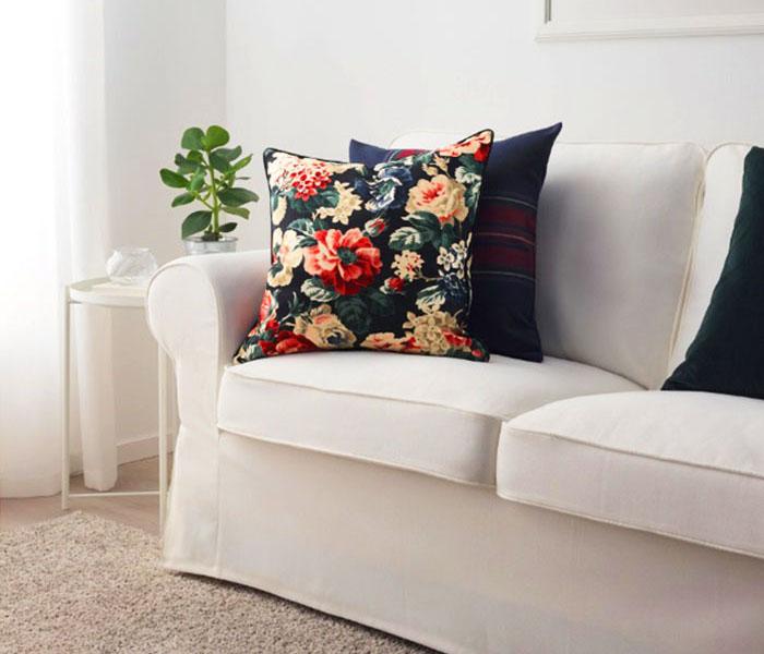 Чехол на подушку ЛЕЙКНИ прекрасно сочетается с обивкой мягкой мебели ЭКТОРП из такой же ткани