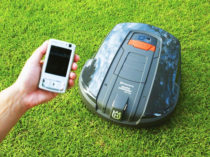 Аппарат общается с владельцем, получает команды и отвечает через смартфон или планшет