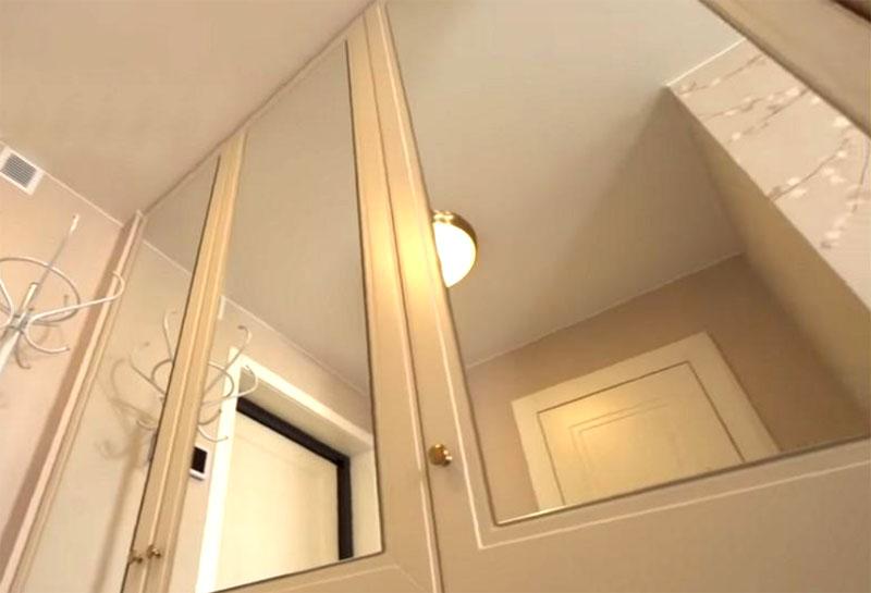 В прихожей поставили шкаф-купе с зеркальными дверцами, которые визуально увеличили площадь небольшого пространства и наполнили его светом