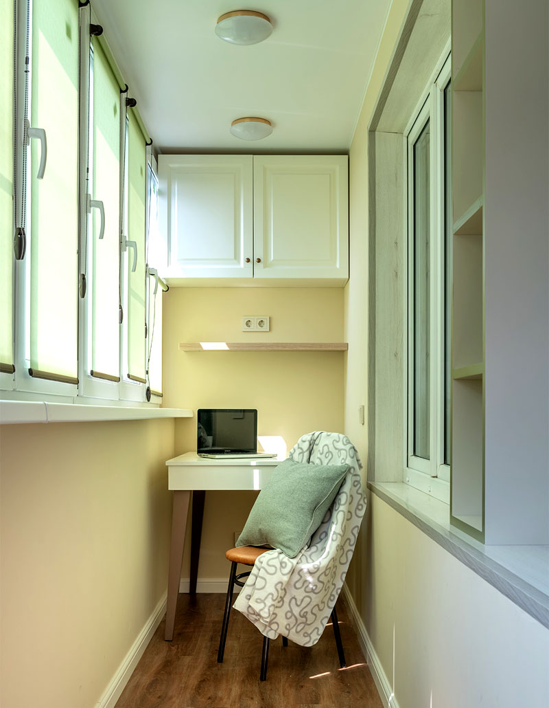 На потолке натянули матовое полотно и установили небольшой светильник