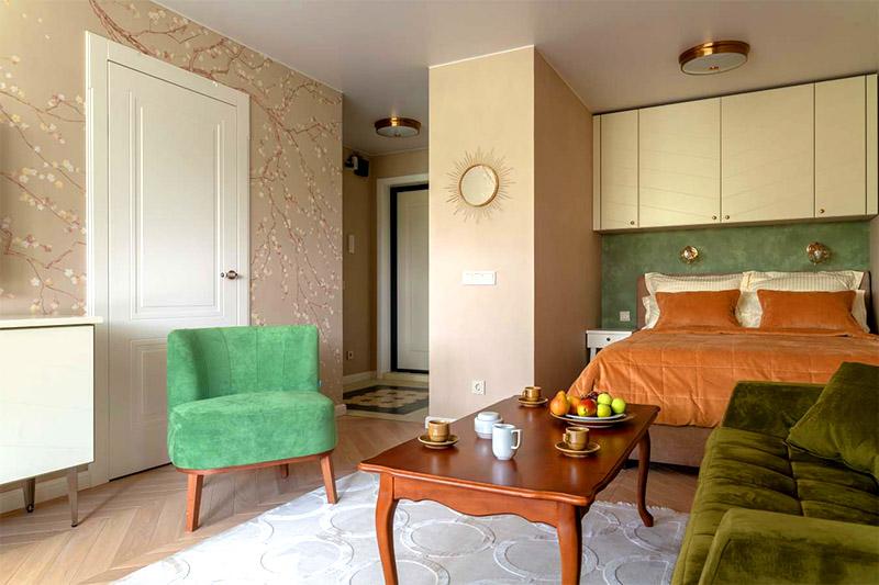 Прихожая не отделена от гостиной межкомнатными дверьми, от этого создаётся впечатление единого пространства