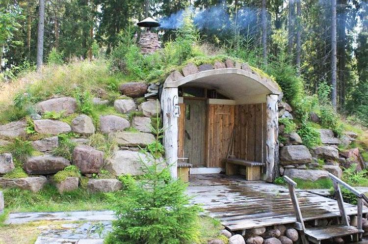 Вход в баню в холме