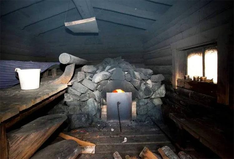 Печь-каменка в бане-землянке