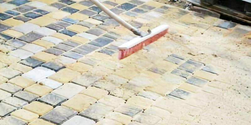 Модифицированный песок легко разравнивается при помощи щётки и заполняет швы