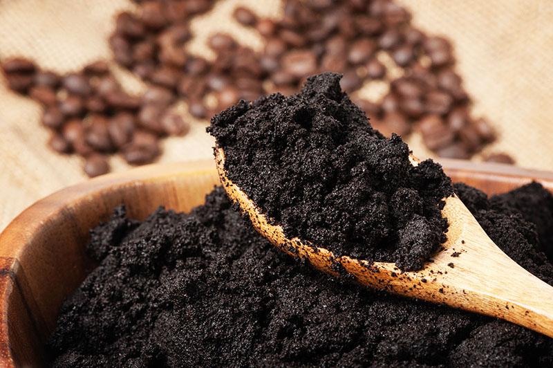 Неплохой результат показывает и молотый кофе, вернее – кофейная гуща. Но здесь будьте осторожны и не слишком усердствуйте, могут остаться царапины