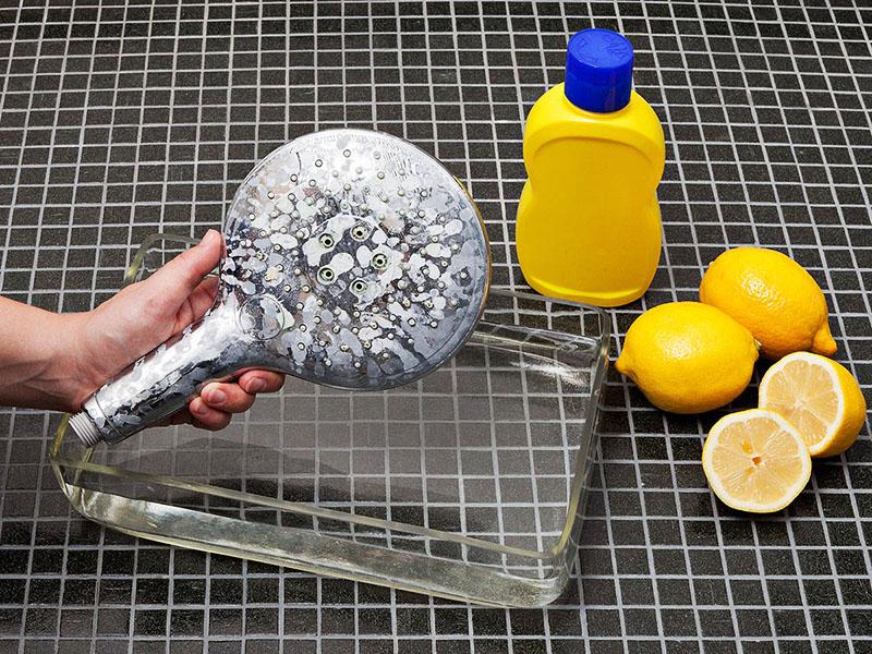 Лимонная кислота хорошо разъедает грязь и налёт, поэтому 30 минут вполне достаточно для обработки. Не стремитесь передержать лейку в растворе – это даст обратный эффект и налёт удалится вместе с верхним покрытием