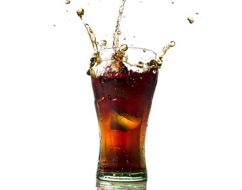 Кока-кола часто используется в качестве очистителя по той причине, что этот напиток сильно газирован, и пузырьки газа, взаимодействуя с различными поверхностями, удаляют жир, накипь и налёт
