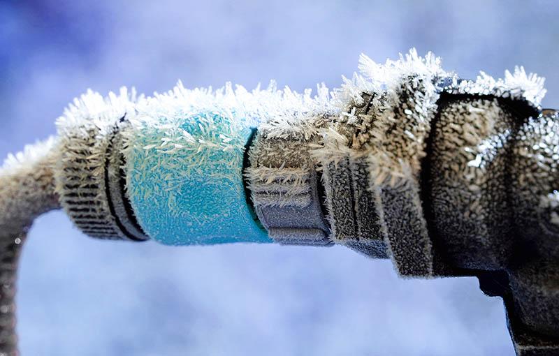 По пластиковой вставке видно, что в этом месте ледяная пробка – вздутие налицо
