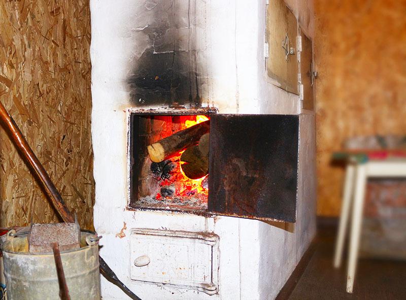 Весной необходимо основательно протопить печь, чтобы стены просохли