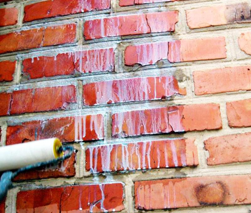 Стены необходимо смочить или прогрунтовать для повышения адгезии