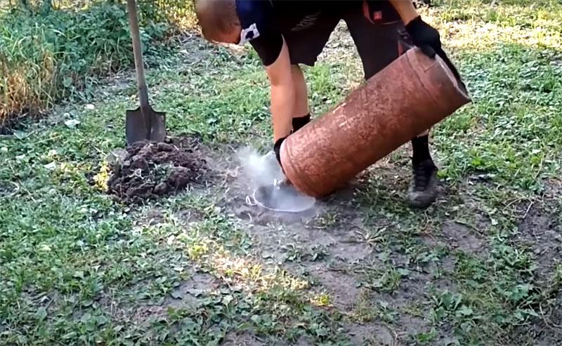 Выкопайте на участке яму глубиной около 50 см и стравите газ в неё