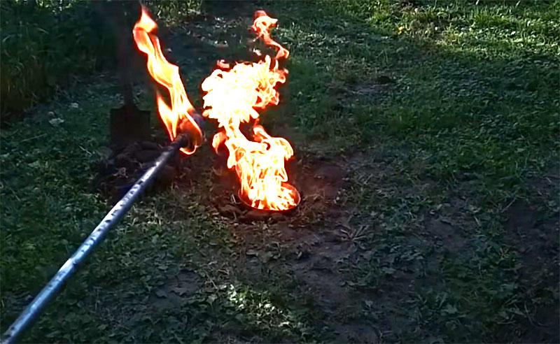 Затем на длинной палке сделайте факел и с расстояния подожгите газ в яме. Он будет долго выгорать, а когда пламя потухнет, может остаться неприятный запах. От него легко избавиться, просто засыпав яму