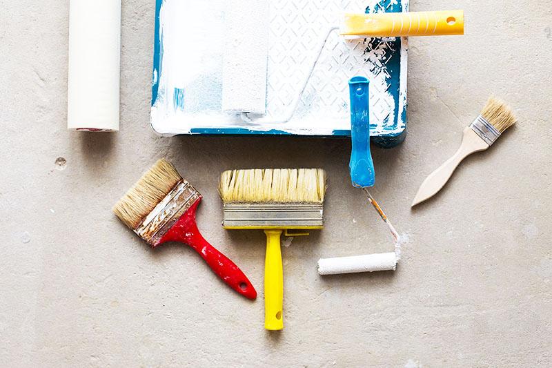 Часто краска остаётся на ручках кистей, на деревянных лобзиках и шпателях. Необязательно покупать новый инструмент, вы можете тщательно очистить старый и использовать его во время работ, например, если будете проводить ремонт через год
