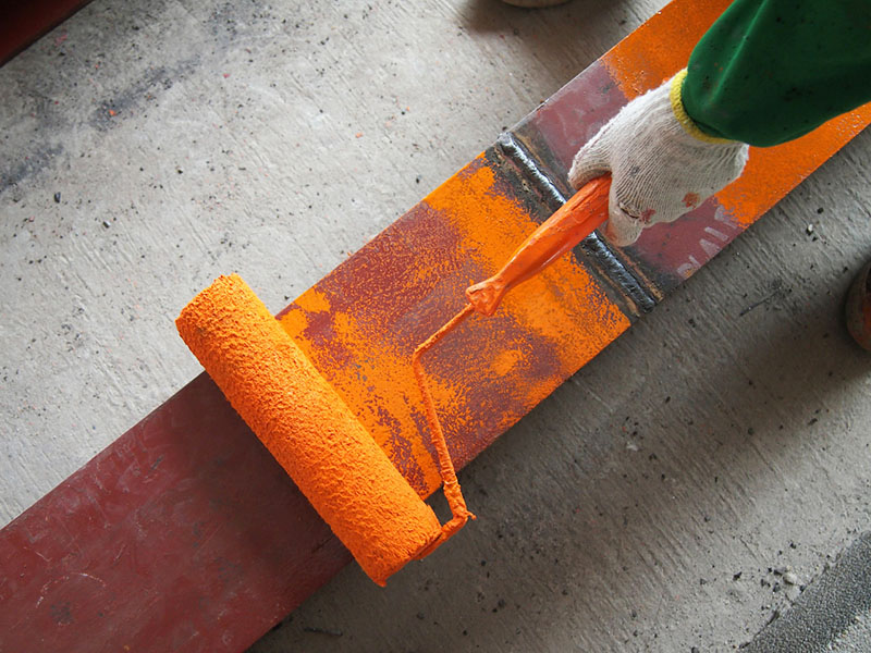 Ручка валика часто пачкается, однако покупать каждый раз новый инструмент невыгодно. Вы можете очистить пластиковую поверхность, а валик заменить на новый