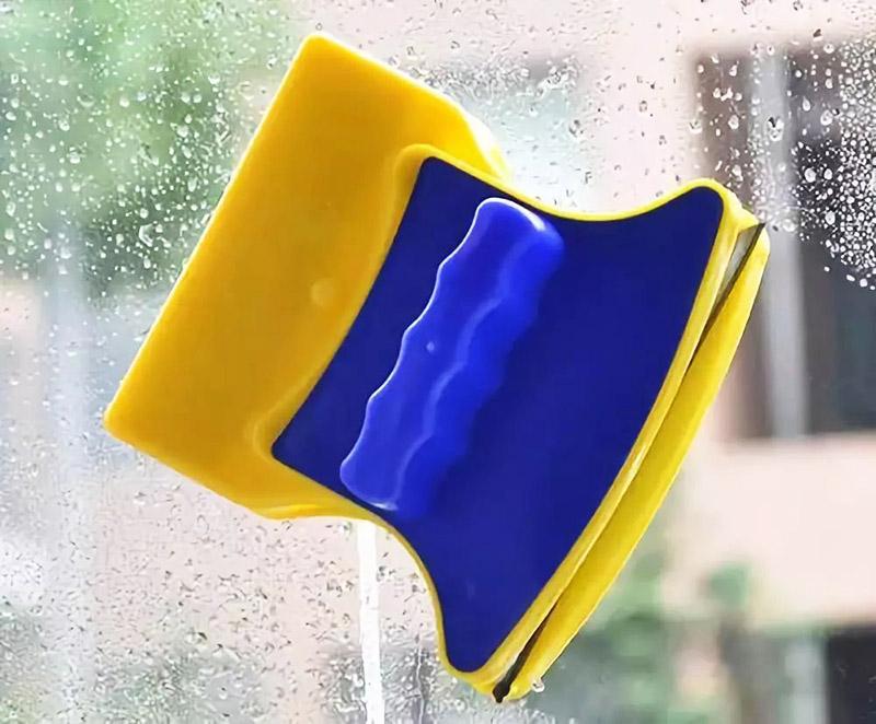 Как альтернатива для мытья окон на высоте – устройства с магнитами: удобно – и никакого риска
