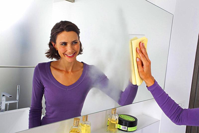 Если вам нужно вымыть зеркала в комнате или столовое стекло, попробуйте сделать это раствором картофельного крахмала (растворять его нужно в холодной воде) – и после протирания насухо блеск будет обеспечен