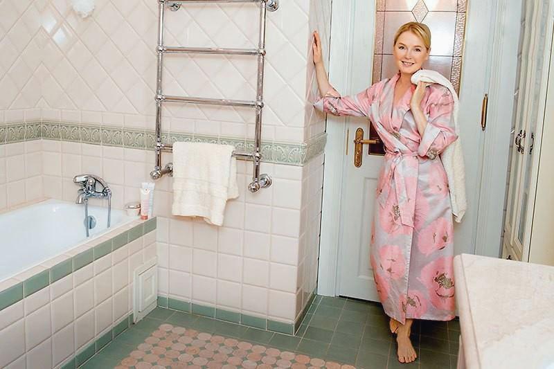 Для оформления ванной выбрали стиль прованс с элегантным сочетанием светло-молочного и пыльно-зелёного оттенков