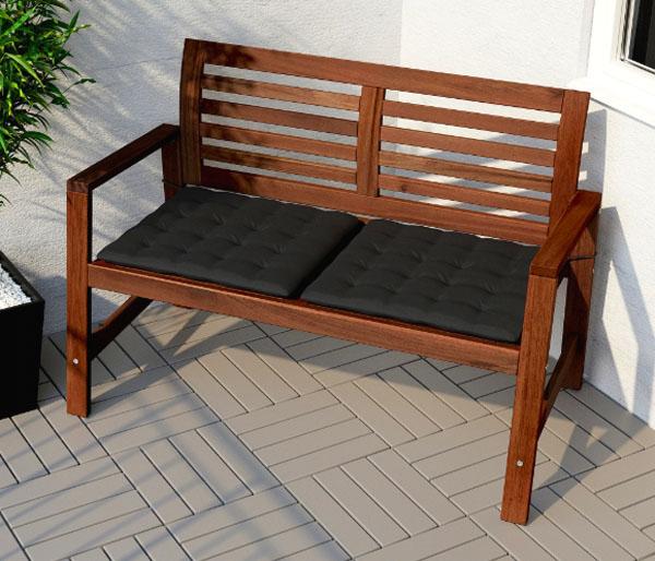 Садовая скамья прекрасно переносит влагу, однако не забывайте обновлять защитное покрытие