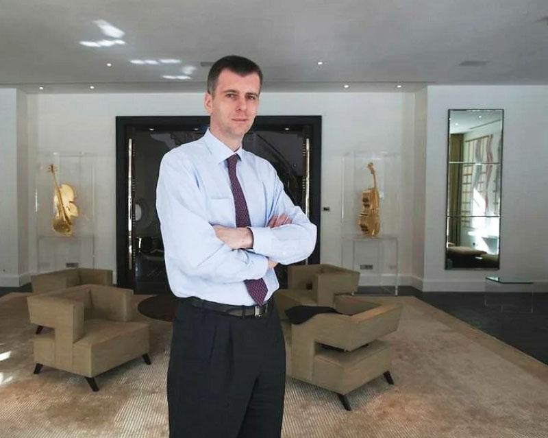 В гостиной с обеих сторон от мраморного портала установлены стеклянные витрины с виолончелями в золоте