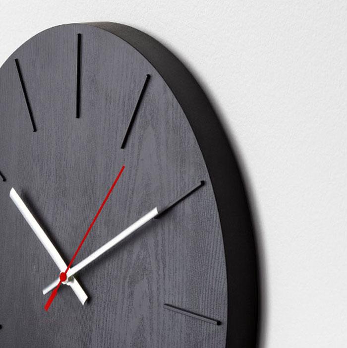 Огромный плюс часов ИКЕА ‒ совершенно бесшумный механизм, поэтому раздражающие звуки не помешают вашему сну или отдыху