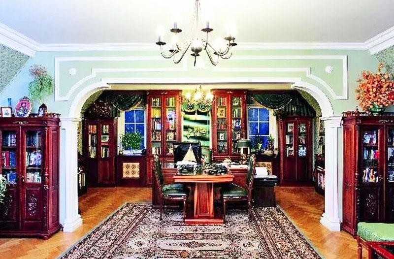 Библиотека с рабочим кабинетом оформлена в приглушённо-зелёной гамме