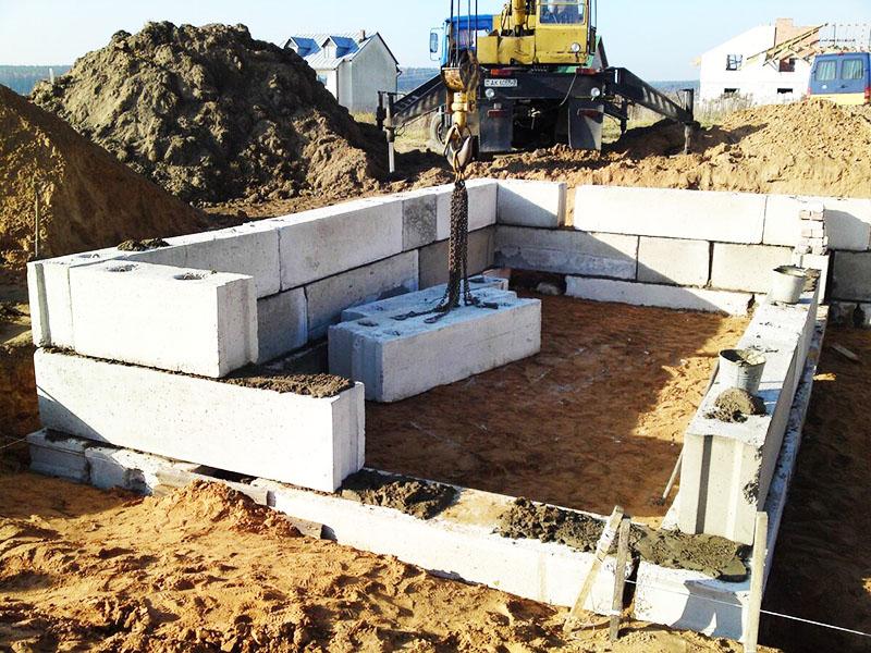 Сборный фундамент состоит из отдельных бетонных блоков, которые соединяются между собой. Если положить их на не идеально ровное основание, блоки пойдут «вразнос»