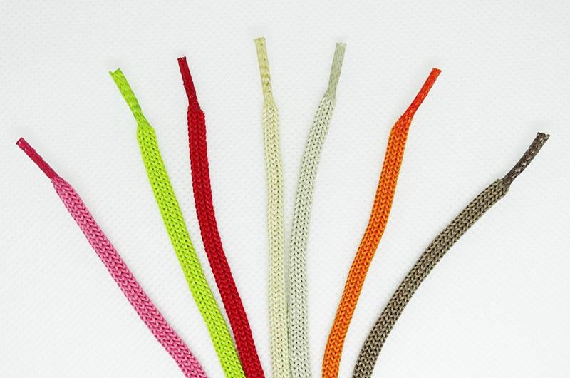 Небольшой отрезок термоусадочной трубки может стать отличной заменой наконечнику для шнурков. В продаже имеется термоусадочная трубка разных цветов, используйте стандартный белый вариант, который подходит в большинстве случаев