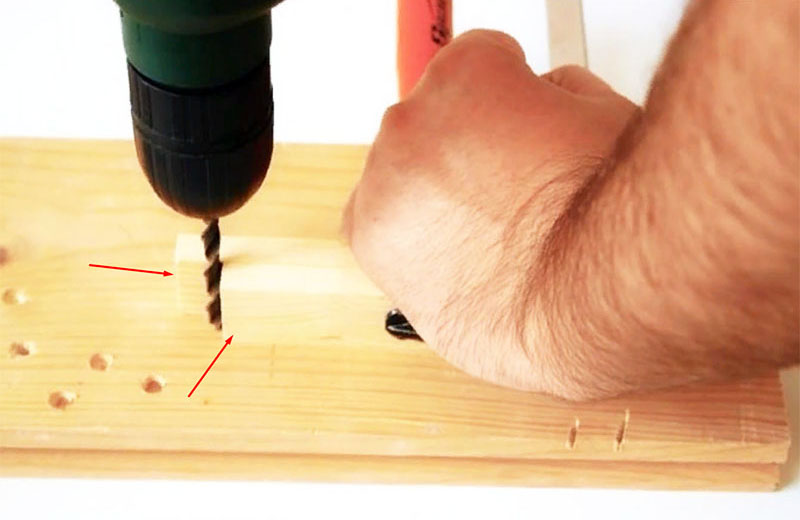 Простейшее приспособление, которое можно изготовить за минуту, нужна лишь пара реек и струбцина