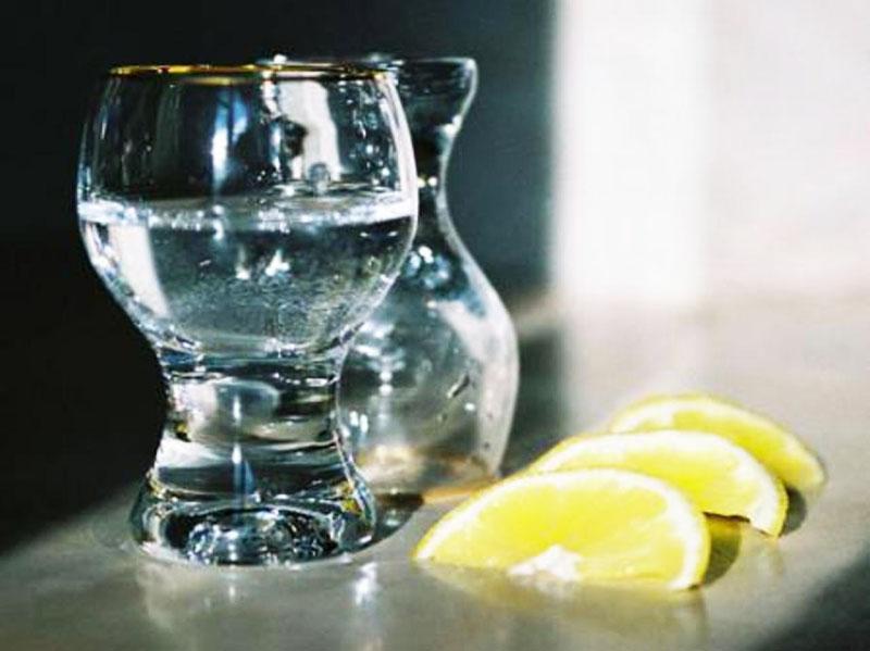 Те же специальные салфетки можно изготовить самостоятельно: возьмите обычные тканевые, которые продаются в рулонах, смочите их раствором из сока лимона и спирта