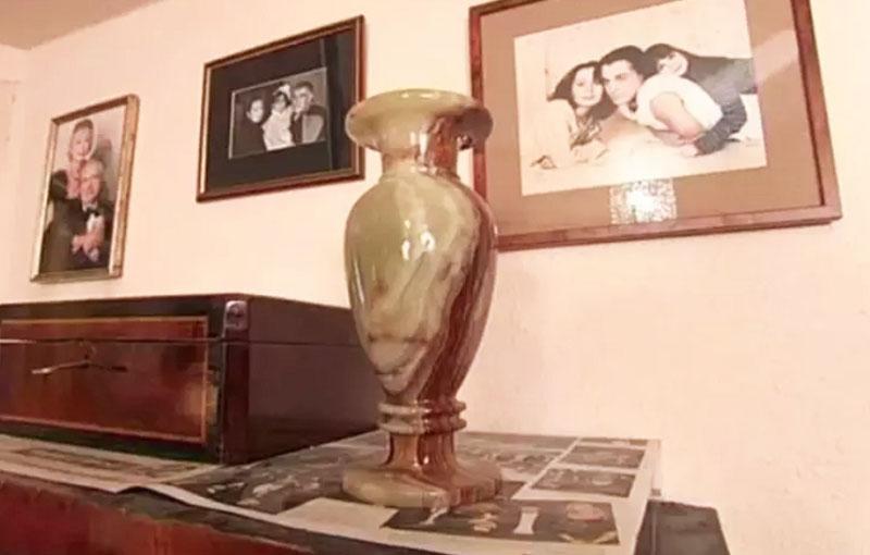 Стены квартиры украшены снимками родных и близких