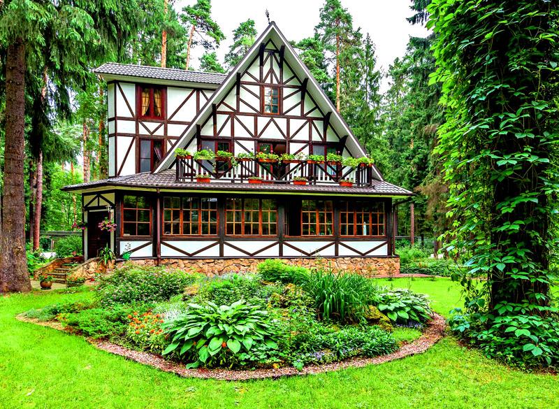 У архитектора и строителей получилось передать баварский стиль, дом выглядит так, словно находится в уютной немецкой деревушке