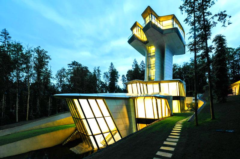 Впечатляют не только размеры дома, но и его форма. Издалека можно принять этот дом за современный аэропорт