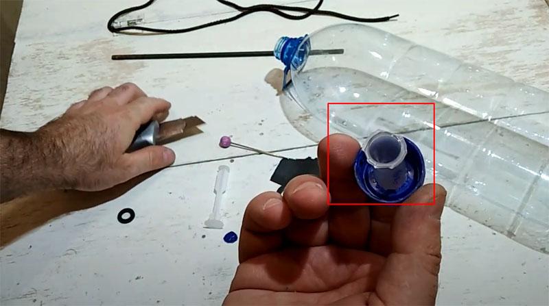 Излишки пластика на цилиндре обрезаются, после чего он плотно «садится» на место