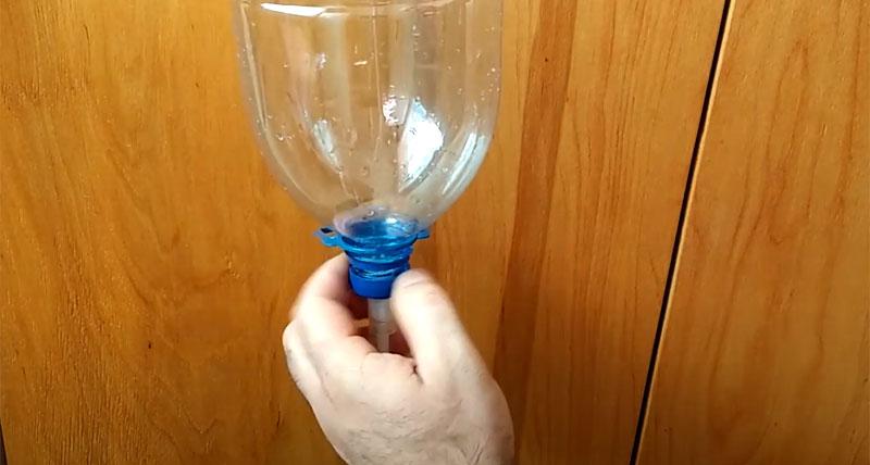 После того как бутылка подвешена, можно навернуть на неё крышку с поршнем