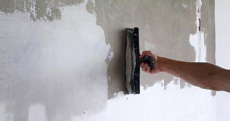 Крупные дефекты стены необходимо выровнять