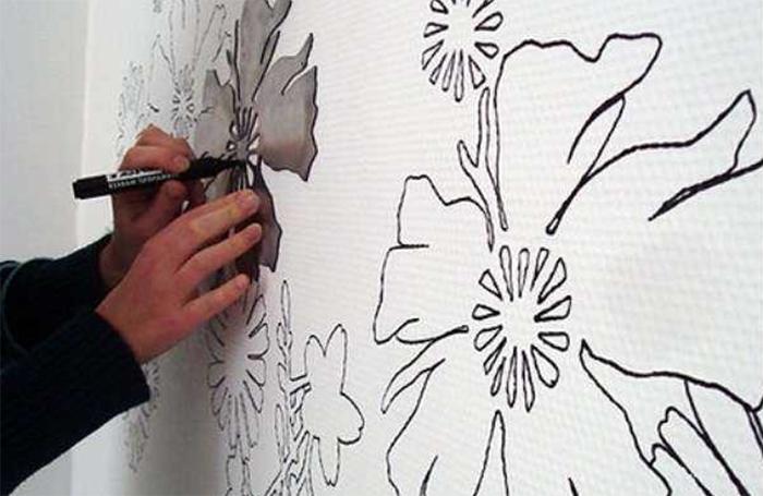 При переносе эскиза на стену можно использовать трафареты и лекала