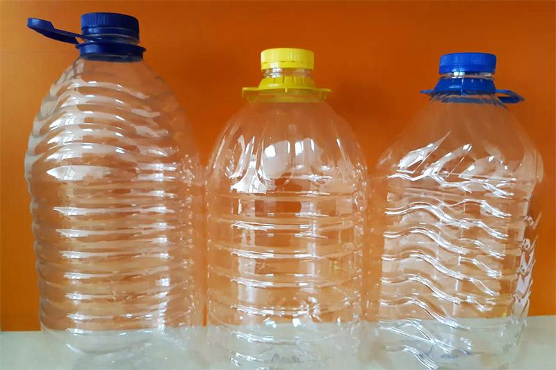 Такие пластиковые бутылки несложно приобрести в магазине ‒ как с водой, так и пустые