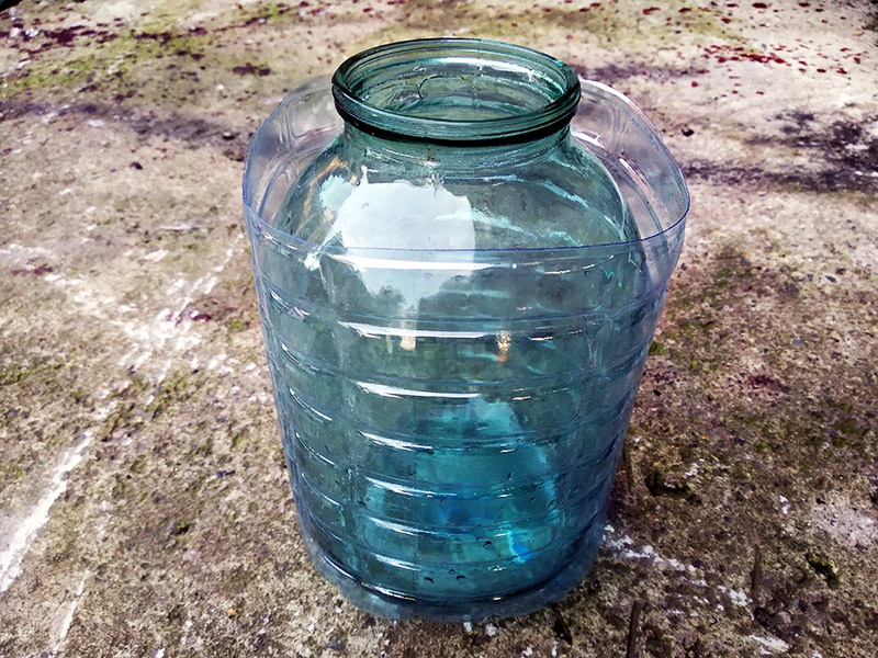 Остаётся только разогреть пластик строительным феном, и он обожмёт стеклянную банку