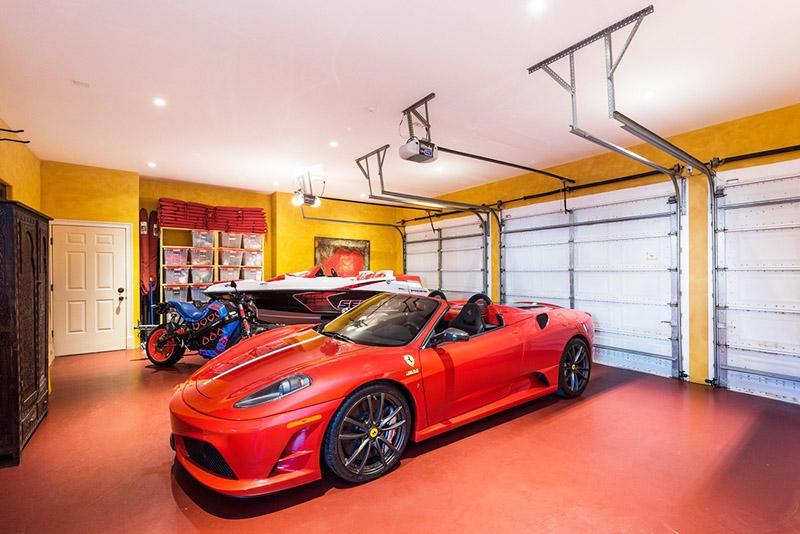 В просторном гараже предусмотрено несколько систем для хранения запасных частей и инструментария