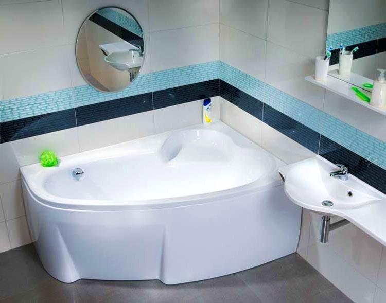Угловая ванна прекрасно вписывается в небольшое помещение, экономя пространство
